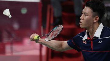 Aksi pemain badminton perseorangan negara Lee Zii Jia ketika menentang pemain perseorangan Perancis, Brice Leverdez pada perlawanan peringkat kumpulan M pada temasya Olimpik Tokyo 2020