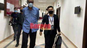 Tertuduh bersama pegawai SPRM, keluar dari kamar mahkamah selesai dijatuhkan hukum.