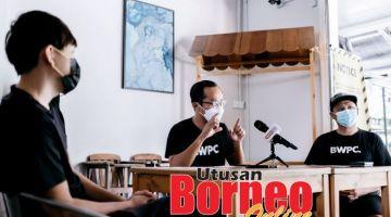 SIDANG MEDIA:Mohd Danial (tengah) mewakili rakan-rakan merayu kepada kerajaan negeri supaya membenarkan mereka beroperasi.