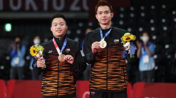 Aaron (kanan) dan Wooi Yik (kiri) bergambar bersama pingat gangsa yang dimenangi selepas mengalahkan regu dari Indonesia di temasya Olimpik Tokyo 2020 di Mushashino Sports Plaza, semalam. - Gambar Bernama