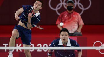 Aksi Aaron dan Wooi Yik ketika menentang regu lelaki dari Indonesia Mohammad Ahsan dan Hendra Setiawan pada perlawanan penentuan tempat ketiga dan keempat di temasya Olimpik Tokyo 2020 di Mushashino Sports Plaza semalam. - Gambar Bernama