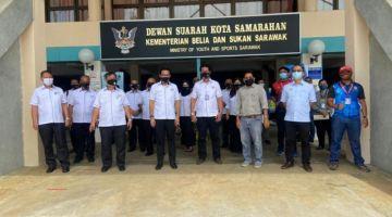 Omar (tiga kiri) merakam kenangan pada program Lawatan Kerja CUEPACS Sarawak di PPV Dewan Suarah Kota Samarahan