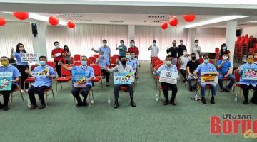 Wee (depan, tengah) merakam kenangan bersama penderma dan wakil. Turut kelihatan, Pengerusi penganjur Kuek Eng Mao (depan, tiga kiri). - Gambar oleh Roystein Emmor