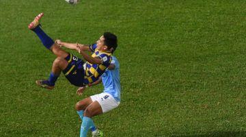Pemain Sri Pahang FC Muhd Ashar Al Aafiz Abdullah melakukan aksi akrobatik ketika menentang PJ City FC pada perlawanan Liga Super 2021 di Stadium Darul Makmur malam tadi. - Gambar Bernama