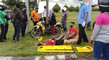 Kedua-dua mangsa sedang menunggu pasukan perubatan sebelum dibawa mendapatkan rawatan.