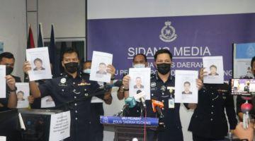 Ahsmon ditemani pegawai dan anggota IPD Kuching menunjukkan empat individu yang dikehendaki untuk siasatan berkenaan judi dalam talian.