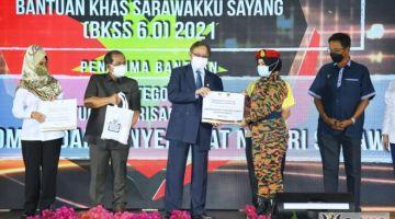 Abang Johari secara simbolik menyerahkan insentif khas kepada wakil petugas barisan hadapan. - Gambar ihsan Pejabat Ketua Menteri