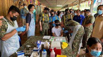 Abang Johari menyaksikan proses pemberian vaksin oleh pegawai Perkhidmatan Kesihatan ATM kepada salah seorang penerima.