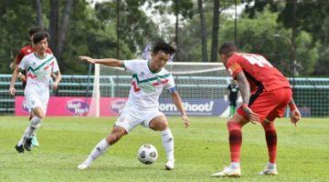 Pemain Kuching City, Joseph Kalang Tie cuba melepasi pemain Negeri Sembilan ketika aksi perlawanan semalam. - Gambar ihsan Kuching City.