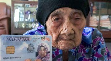 Munah Yunus, 115, menunjukkan kad pengenalannya ketika ditemui pemberita di rumahnya di Kampung Rengas, Tok Bok di sini, baru-baru ini. -Gambar Bernama