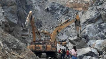 Kerja-kerja mengalihkan batu di lokasi kejadian.