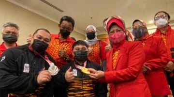 Abdul Karim dan Fatimah merakam kenangan bersama Bonnie dan Yee Khie. - Gambar ihsan Unit Komunikasi Awam Sarawak