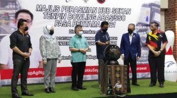 Abdul Karim (tiga kanan) melakukan simbolik perasmian Hub Sukan Tenpin Bowling ABAS/SSC di Megalanes Sarawak. Turut kelihatan Lamat (dari kiri), Nancy, Snowdan, Sunny dan Dr Ong.