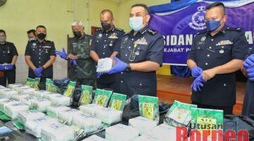 Aidi (dua kanan) bersama pegawai kanan PGA dan IPD Serian menunjukkan dadah yang dirampas daripada suspek.- Gambar oleh Chimon Upon.