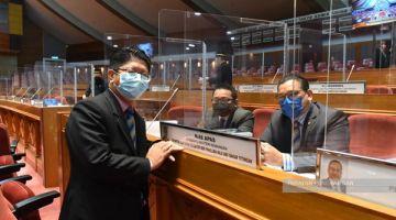 DUN: Nizam (kanan) bersama Pembantu Menteri Kewangan Jasni Daya (tengah) dan ADUN Kadamaian Datuk Ewon Benedick (kiri).