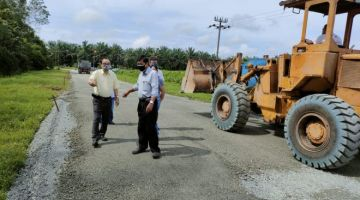 Ching Yong (dua kiri) turun padang bagi meninjau sendiri kerja-kerja menaiktaraf jalan Kampung Banyok, di sini pada Selasa.
