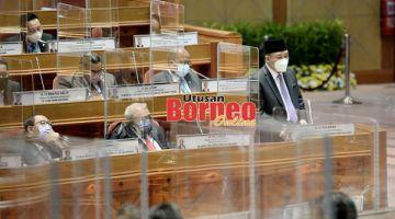 UCAPAN: Hajiji (berdiri) ketika menyampaikan ucapan penggulungan di Persidangan Dewan Undangan Negeri (DUN) Sabah  ke-16.
