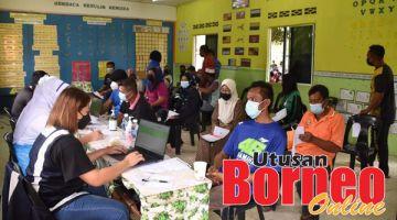 VAKSIN: Antara penduduk yang hadir menerima vaksin dalam program tersebut.