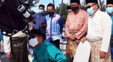 Abang Johari mencuba alat cerapandi Pusat Falak Miri, Luak Esplanade hari ini. - Gambar Unit Komunikasi Awam Sarawak