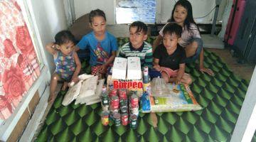 TERIMA KASIH: Anak-anak Lina dengan sumbangan makanan yang disampaikan oleh James