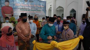 Abang Johari menandatangani plak perasmian projek naik taraf fasa satu masjid At Taqwa. -Foto Penerangan.