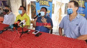 Miro (dua kanan) bercakap pada sidang media di Ayak Gallery, Pekan Siniawan di Bau hari ini. Turut kelihatan Robert (dari kanan), Lo dan Chua. -Gambar Chimon Upon