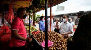Abdul Rashid (kanan) melawat tapak jualan pada Program Karnival Jualan Terus Dari Ladang (JTDL) di Giant Hypermarket, Setapak semalam. -Gambar Bernama