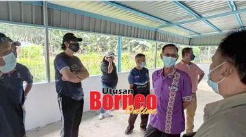 TINJAU:Annuar (dua kiri) bersama rombongan mengadakan lawatan bagi meninjau perkembangan projek-projek pembangunan di kawasan.