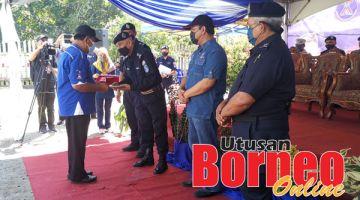 PENGHARGAAN: Ahmad Fuad menyampaikan sijil penghargaan kepada anggota SRS Kg. Batu Payong, Kg. Tinagat dan Kg Membalua.