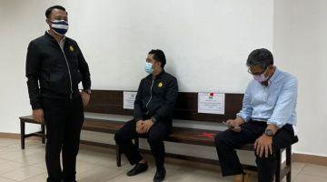 Jamal (kanan) bersama pegawai SPRM semasa berada di lobi Mahkamah Kuching hari ini.