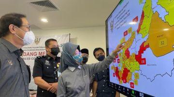 Fatimah menunjukkan pemetaan mengikut daerah berdasarkan tangkapan berkaitan penyalahgunaan dadah dan substans di Sarawak selepas mesyuarat di sini.