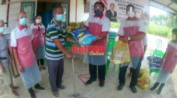 Dr Abdul Rahman (lima kiri), Wong menyerahkan bakul makanan kepada salah seorang penerima hari ini.