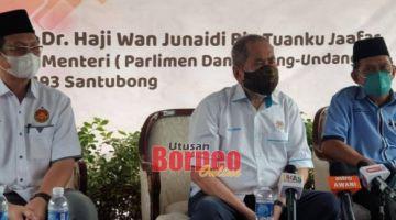 Wan Junaidi (tengah) bercakap pada sidang media selepas pecah tanah Masjid Mutiara Iman Taman Sepakat Jaya 2 di Demak Laut, Kuching hari ini. Turut kelihatan Dr Hazland (kiri) dan Abdul Raof.
