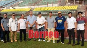SAKSI LATIHAN: James (empat kiri) bersama Pengarah Sabah FC, Datuk Dr Jelani Hamdan (tiga kiri) serta pegawai-pegawai SAFA dan Sabah FC selepas menyaksikan pemain-pemain menjalani latihan di Stadium Likas, baru-baru ini.