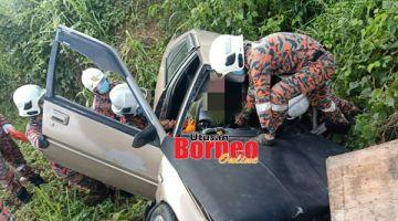 TERSEPIT: Pasukan bomba bertindak mengeluarkan mangsa yang tersepit dalam kenderaannya akibat dari kemalangan terbabit.