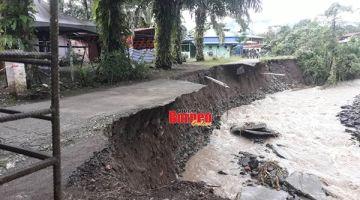 RUNTUH: Penduduk masih menunggu usaha kerajaan bagi membaiki kerosakan jalan.