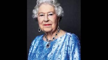 ANGGUN: Elizabeth II memakai set barangan kemas bertatahkan nilam dan berlian hadiah ayahandanya Raja George VI dalam gambar rakaman David Bailey pada 2014 serahan Istana Buckingham baru-baru ini . — Gambar Reuters