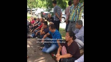 TUNTUT HAK: Kelihatan penduduk kampung berkumpul di luar Kompleks Mahkamah Negeri menunggu keputusan Mahkamah Tinggi Kuching berhubung tuntutan ke atas NCR mereka.