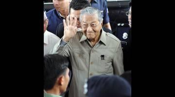 BANTU SIASATAN: Tun Mahathir tiba untuk memberi keterangan pada prosiding Suruhanjaya Siasatan (RCI) Untuk Menyiasat Kes Kerugian Akibat Urus Niaga Mata Wang Asing oleh Bank Negara Malaysia Sekitar Tahun 1990-an di Istana Kehakiman dekat Putrajaya, semalam. — Gambar Bernama