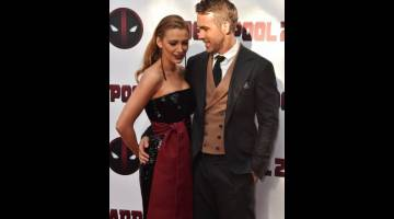 JUARA BAHARU CARTA: Ryan Reynolds (kanan) dan isterinya, aktres Blake Lively bergambar bersama di acara permaidani merah semasa tayangan istimewa untuk filem 'Deadpool 2' yang diadakan di AMC Loews Lincoln Square di New York City pada 14 Mei lepas. — Gambar AFP