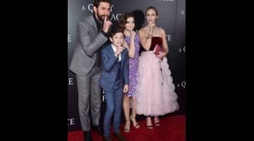 BOX OFFICE: Gambar fail bertarikh 2 April 2018 ini menunjukkan (dari kiri) John Krasinski, Noah Jupe, Millicent Simmonds dan Emily Blunt semasa tayangan perdana 'A Quiet Place' di AMC Lincoln Square Theater, New York City.  — Gambar AFP