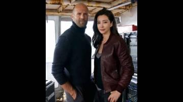 WATAK UTAMA: Jason Statham (kiri) dan Li Bingbing dalam 'The Meg' yang dijangka akan mengembalikan kegemilangan filem ikan jerung.
