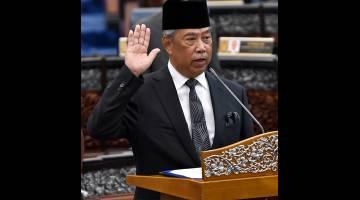 Muhyiddin yang juga Anggota Parlimen Pagoh mengangkat sumpah sebagai Ahli Dewan Rakyat di Parlimen hari ini. - Gambar Bernama
