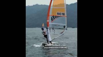 HANYA PERAK: Darren yang mengawal perahu layarnya menyumbang pingat perak dalam acara techno wind surfing pada SUKMA XIX Perak 2018.