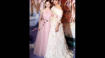 KISAH BERBEZA: Keira Knightley (kanan) dan Mackenzie Foy semasa tayangan perdana filem 'The Nutcracker and the Four Realms' di London pada 1 November lepas. — Gambar Reuters