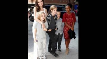 DEMI ANAK: Gambar fail bertarikh 10 September 2017 ini menunjukkan Jolie bersama empat orang anaknya iaitu (dari kiri) Vivienne, Shiloh, Knox Leon dan Zahara semasa Toronto International Film Festival (TIFF) di Toronto.   — Gambar  Reuters