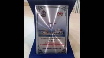 BERPRESTIJ: Anugerah Prestasi Terbaik dalam Program Pendidikan Berterusan untuk tahun 2016 hingga 2017 sempena Minggu Keselamatan Maritim 2018 yang diterima oleh Bintulu Port Sdn Bhd.