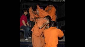 DIDAKWA: Empat lelaki termasuk seorang pegawai keselamatan sebuah syarikat pemaju didakwa di Mahkamah Majistret di Petaling Jaya semalam atas tuduhan merusuh dengan menggunakan senjata berbahaya dalam kekecohan di Kuil Sri Maha Mariamman, Subang Jaya, minggu lalu. — Gambar Bernama