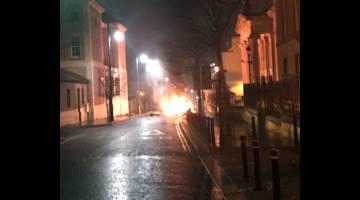 ANGKARA PENGGANAS: Gambar rakaman dan serahan Perkhidmatan Polis Ireland Utara kelmarin menunjukkan sebuah kereta terbakar susulan serangan di Londonderry, utara Ireland. — Gambar AFP