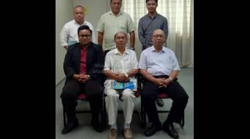 NYAUP BUMIPUTERA: Jocky (duduk kiba) enggau bala komiti Kaban Kaunsil Direktor Bintara Global Education.